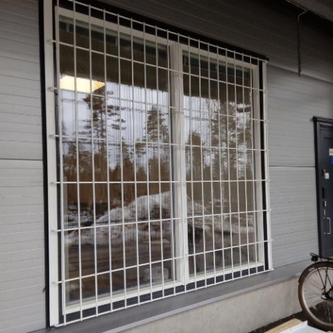 turvakalterit kaupan ikkunaan