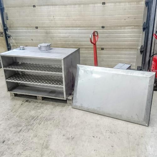 Yhdistetty säilytyslaatikko ja polttoainesäiliö kuorma-autoon
